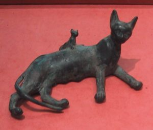 39. Ancient_Egyptian_bronze_statue_of_a_reclining_cat_and_kitten